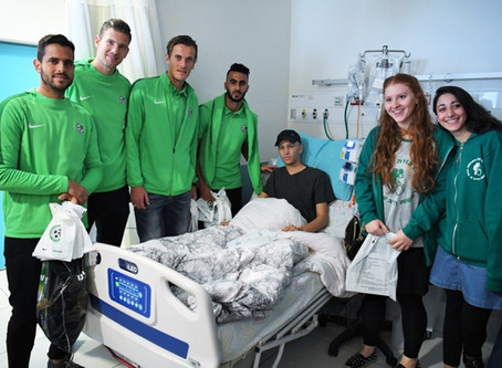 שחקני מכבי חיפה במחלקה האונקולוגית ילדים בבית החולים רמב״ם.