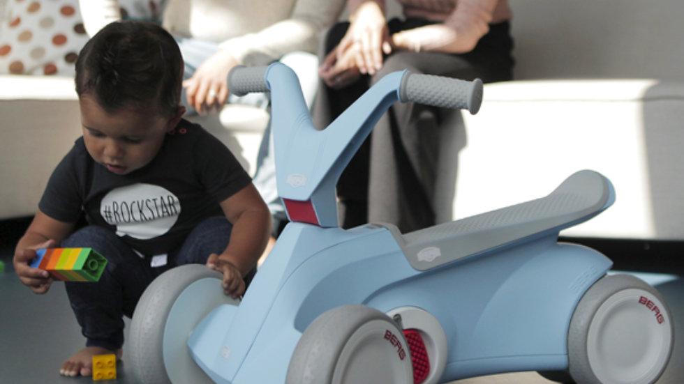 Triciclo BERG GO2 Mit, para crianças entre vos 10 e os 30 meses. Azul claro.