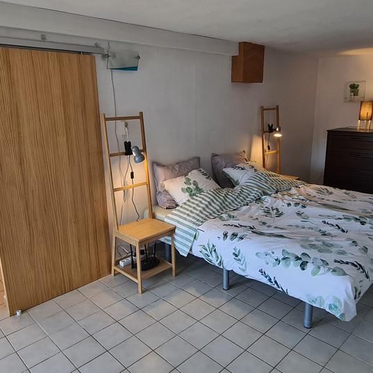 slaapkamer beneden met badkamer en apart