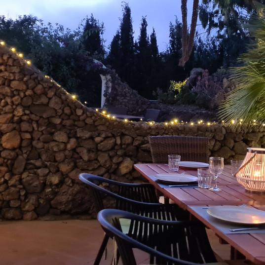 grote eettafel in de tuin