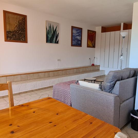 woonkamer beneden met kitchenett