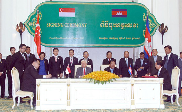 Samdech Akka Moha Sena Padei Techo Hun Sèn , Premier ministre du Royaume du Cambodge,et  Dr Tony Tan Keng Yam, président de la République de Singapour, lors de la signature des protocoles d'accord, à Phnom Penh, au cours de sa visite d'Etat de quatre jours au Cambodge.