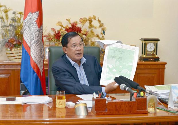 Hun Sèn, premier ministre du Royaume du Cambodge, a fait hier après-midi une déclaration télévisée spéciale sur les problèmes liés aux cartes frontalières entre le Royaume du Cambodge et la République socialiste du Vietnam. La question des cartes est devenue un sujet politique sensible ces dernières semaines, a déclaré le chef du gouvernement  durant un discours de plus de trois heures. Le premier ministre n'a pas manqué de souligner les tentatives de récupération effectuées, selon lui, par certains membres de l'opposition à des fins purement politiciennes.