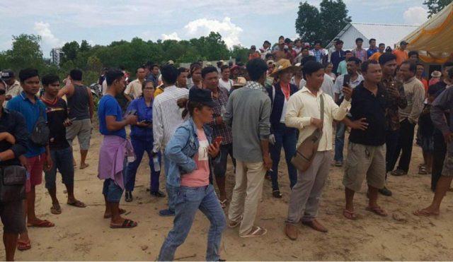 plusieurs centaines de villageois et habitants des alentours se sont regroupés autour de la maison des deux victimes