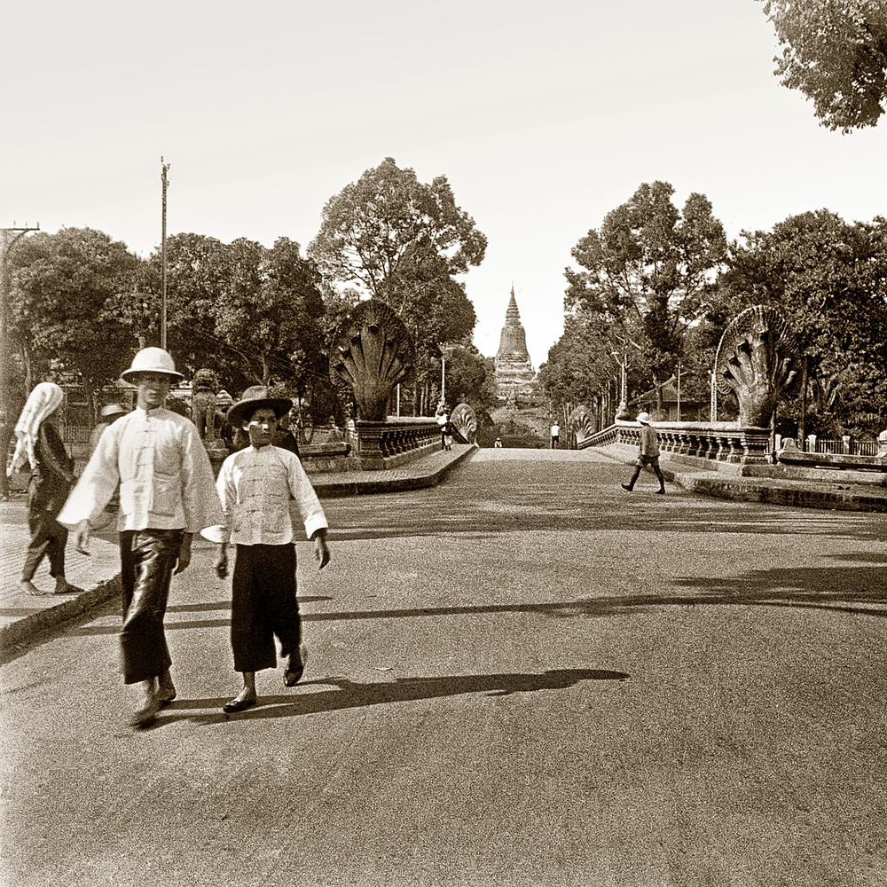 Devant le Wat Phnom. 1929