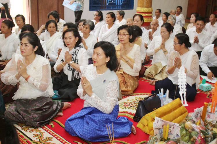 Lok Chumteav Khieu Tep Rainsy Kanharith, présidente honoraire de l'Association des femmes pour la paix et le développement du ministère de l'Information (au premier plan)