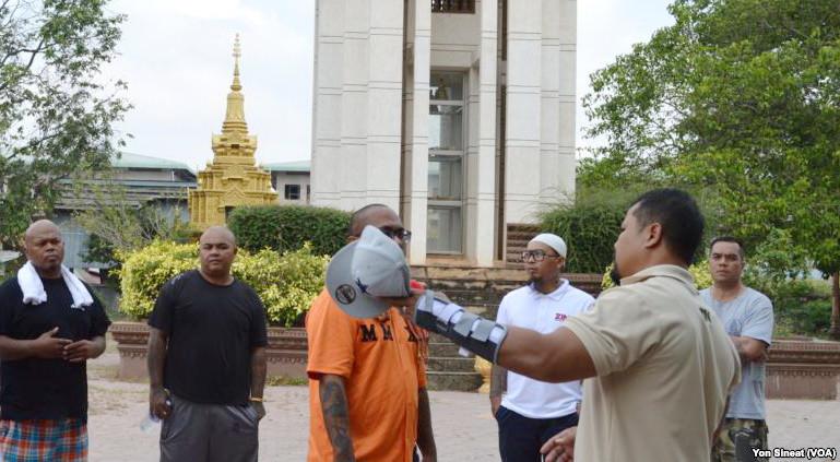 Borby Orn parle aux nouveaux déportés des champs de bataille de la pagode Wat Snguon Pich