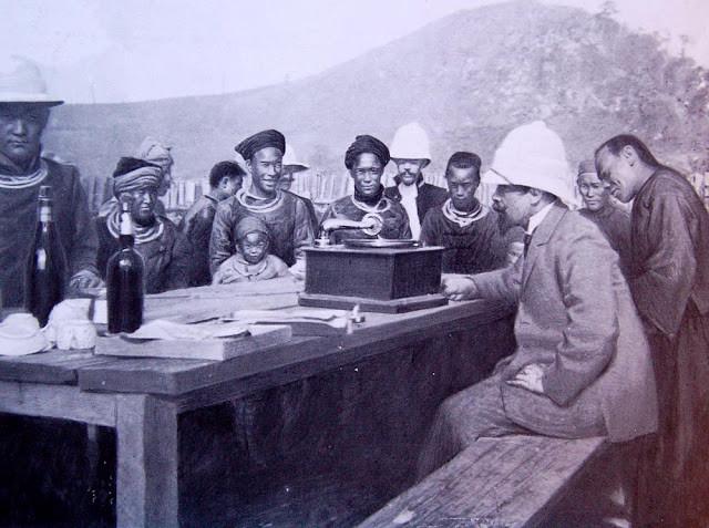 Albert Sarraut, Gouverneur de l'Indochine, faisant entendre le phonographe aux habitants  d'un village Méo (collection L'Illustration, 1912)