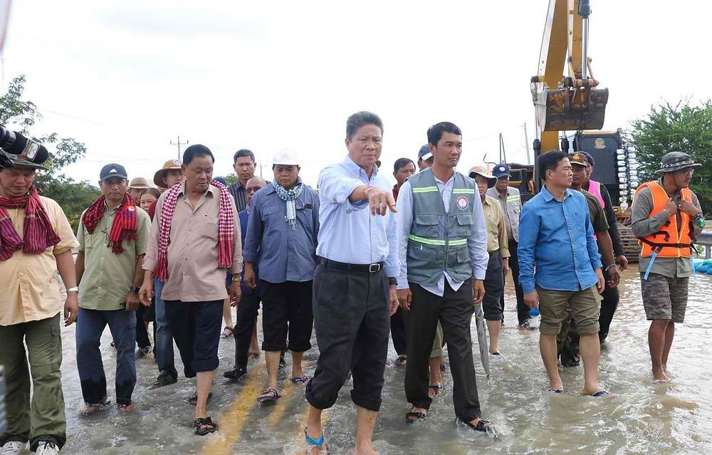 En visite dans la province, le ministre des Travaux publics et des Transports, S.E. Sun Chanthol