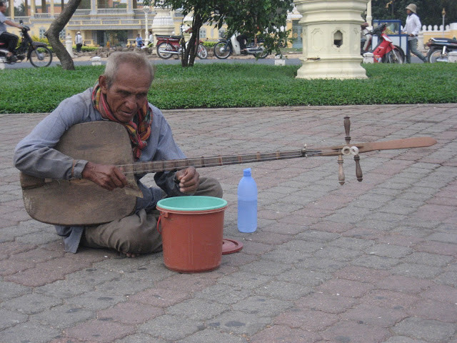 Musicien de rue à Phnom Penh