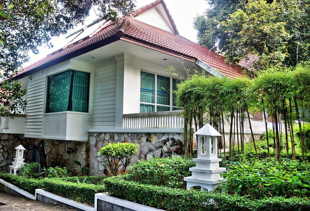 Six bâtiments indépendants sont construits en contrebas en pleine verdure.