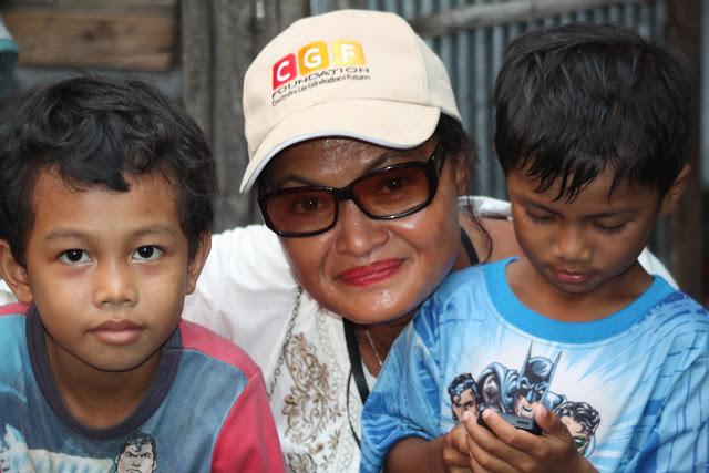 Cécile Malterre avec quelques enfants du programme Shanty Town