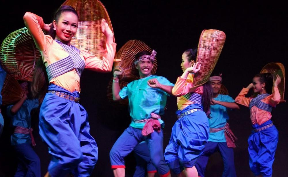 un spectacle ambitieux mêlant ballet classique, danse folklorique et narration