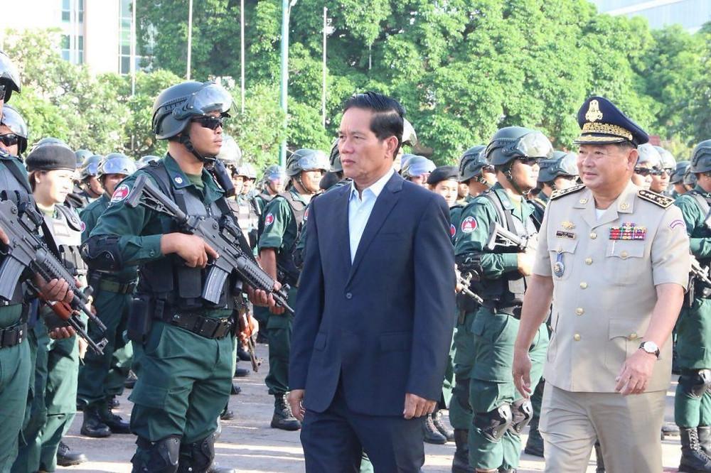 Son Excellence Khuong Sreng et le chef de l'unité de commandement de la capitale de Phnom Penh, le général Choun Sovann