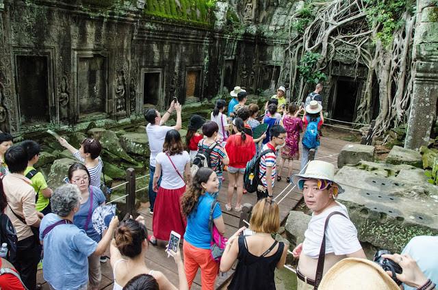 Touristes au Ta Phrom. Photographie par scottgunn (cc)