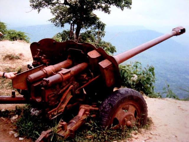 Un canon khmer rouge dirigé vers ... le Cambodge.