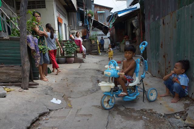 Une allée du bidonville de Boeng Trabek