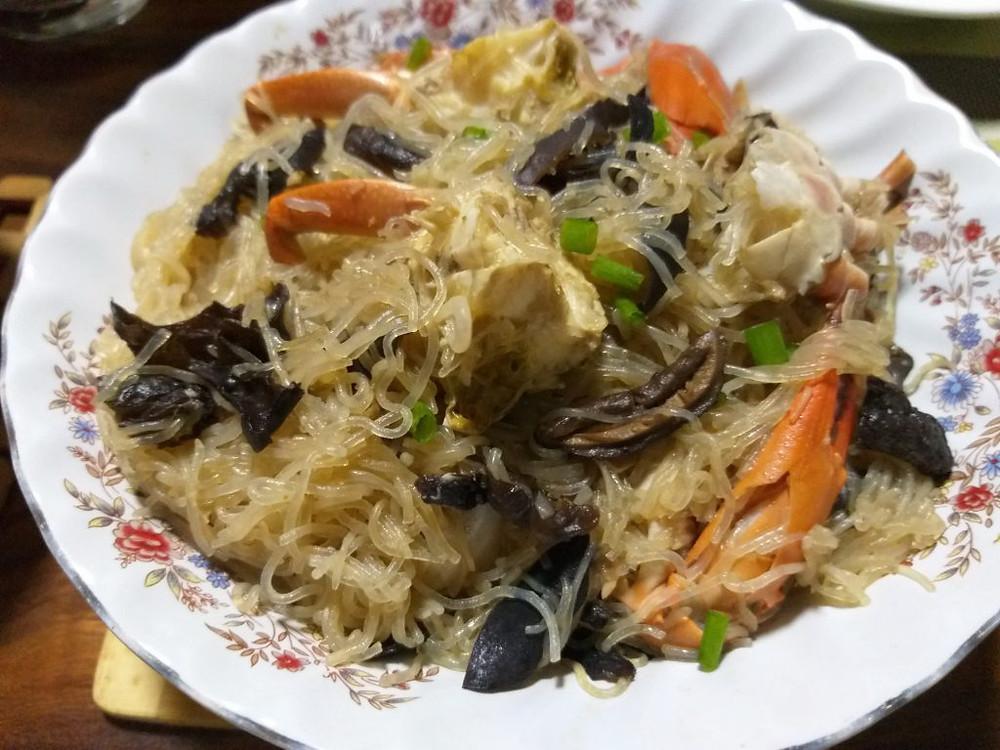 Crabes de palétuviers à la vapeur, avec vermicelles de Longkou (ក្ដាមចំហុយមីសួ [kdam châm-hoy mi-suo])