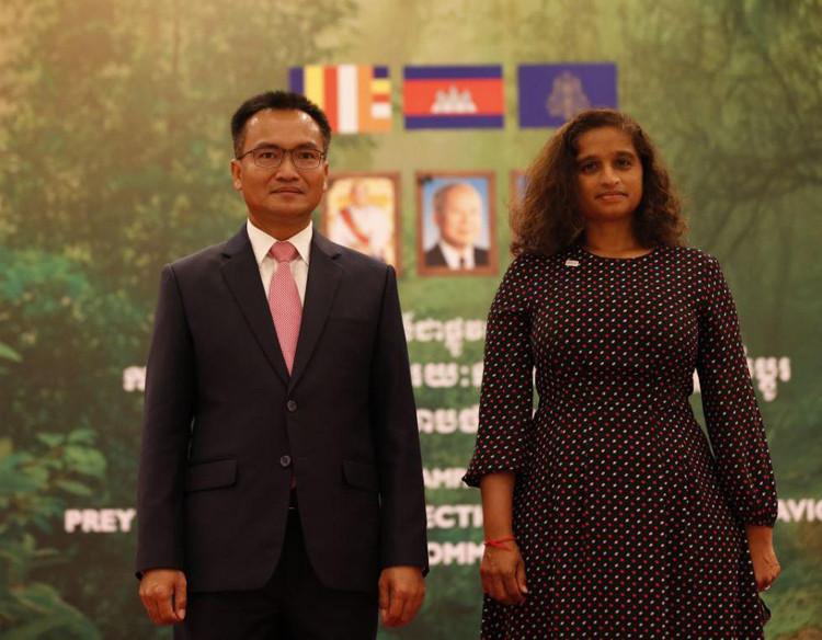 le secrétaire d'État à l'Environnement, Sao Sopheap, et Mme Veena Reddy, chargée de mission à l'USAID au Cambodge