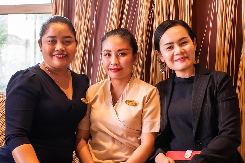 De gauche à droite:  Leap Soeun, responsable locale, Sechivean Thap, thérapeute, et  Narath Un, chargée des ventes au détail.