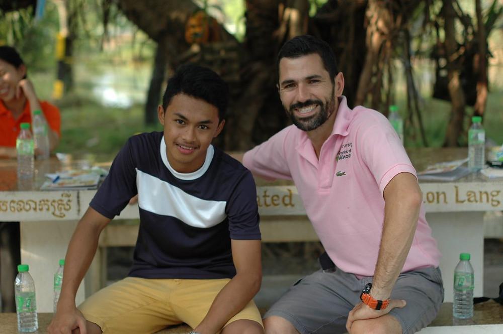 Antoine Dugas, à droite, prend la pose à côté d'un des élèves du centre étudiant Enfants du Mékong de Phnom Penh