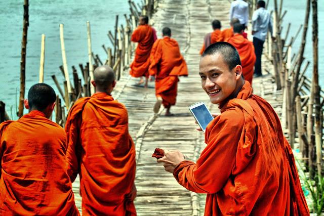 On peut avoir décidé de consacrer sa va vie à Buddha mais néanmoins être moderne et aimer les selfies et réseaux sociaux. En témoigne ce cliché pris sur le pont de bambou avec ce jeune moine ravi de faire quelques photos de sa visite à Koh Pen.
