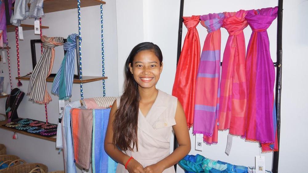 Chhorvin Liv, vendeuse et égérie de Soieries du Mékong, dans la boutique de Siem Reap