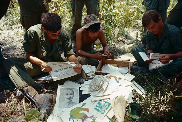 Les services de renseignements US examinent des documents pris lors de l'assaut d'un bunker prés de la frontière entre le Cambodge et le Vietnam. Photo par Bettman (cc)