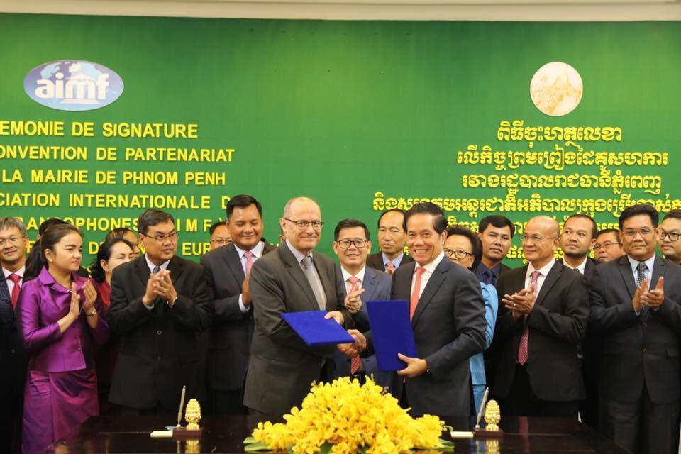 Le gouverneur de la Municipalité de Phnom Penh, Khuong Sreng et Pierre Baillet, secrétaire permanent de l'Association internationale des maires francophones (AIMF)