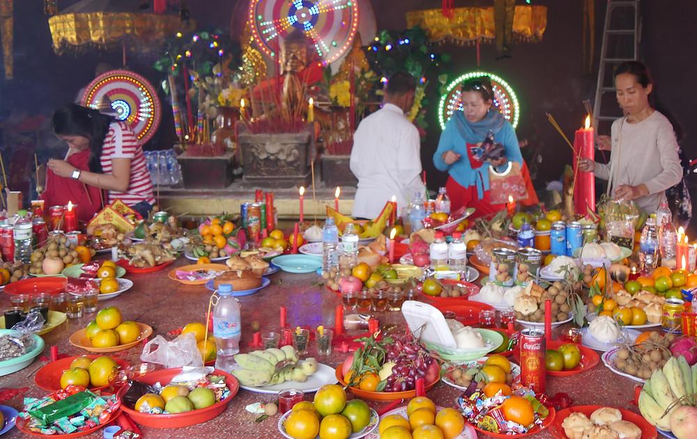 Cambodgiens à la pagode pour le Nouvel An Chinois