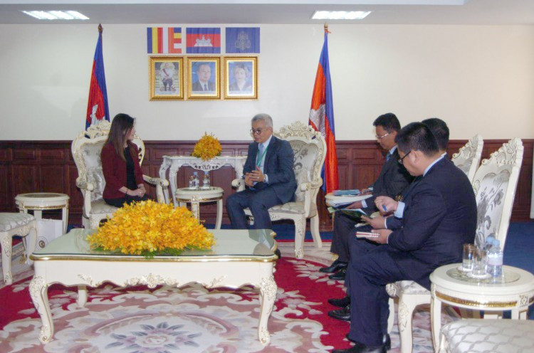 rencontre entre le ministre cambodgien de l'Economie et des Finances Aun Pornmoniroth et la nouvelle ambassadrice de Turquie, Mme Ayda Unlu