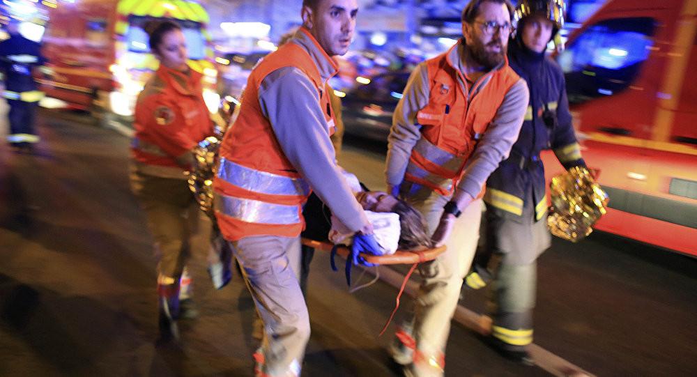 Une femme évacuée de la salle de spectacle du Bataclan