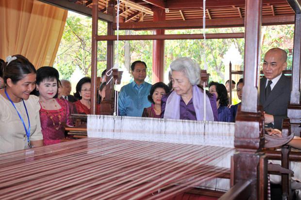 Lancement du tissage du plus long Krama du monde