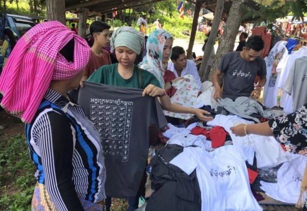 Vente de T-shirts imprimés avec les alphabets Cham du Cambodge