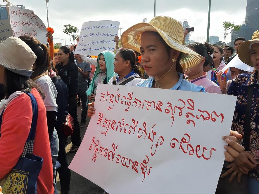 Certaines participantes se sont réunies à Phnom Penh pour présenter une pétition appelant le gouvernement à respecter les droits des femmes lors de la Journée internationale de la femme.