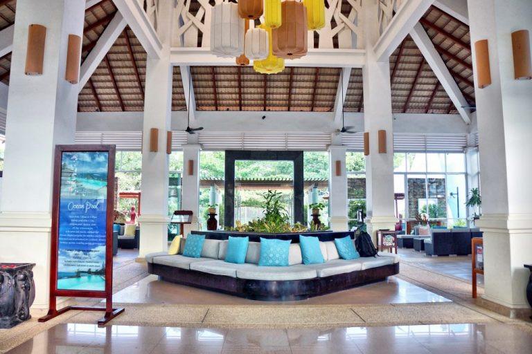 Un lobby-lounge spacieux et baigné de lumière abrite une nouvelle réception