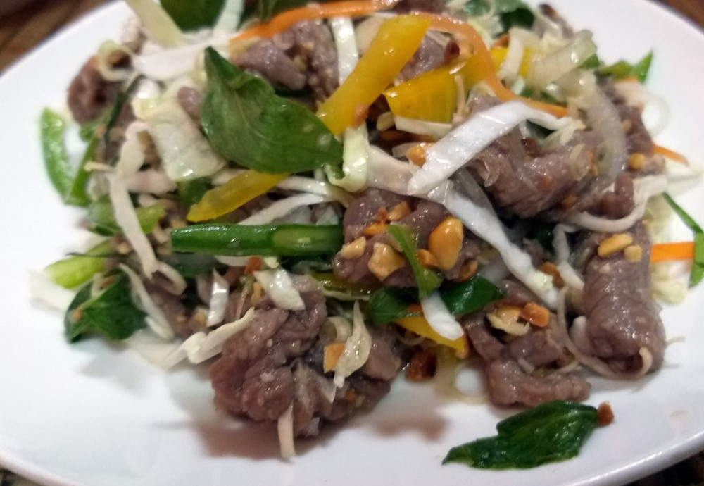 Salade de bœuf à la sauce au prahok