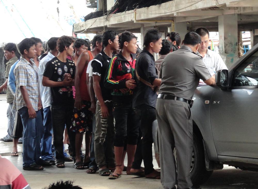 Migrants cambodgiens franchissant la frontière thaïlandaise. Photo ILO