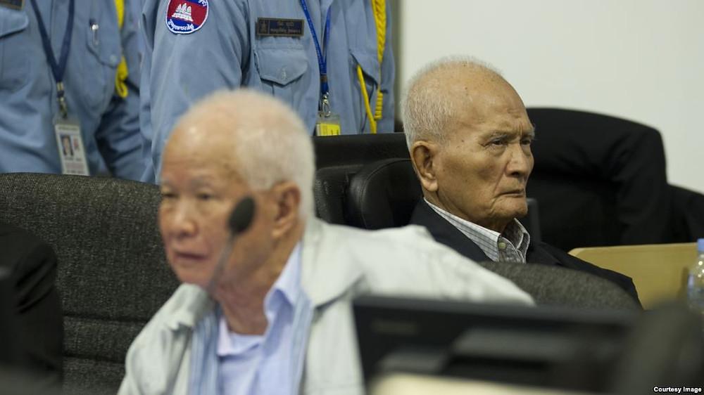 Khieu Samphan et Nuon Chea lors d'une audience tenue en 2013 devant le tribunal khmer rouge. Image de Mark Peters - ECCC