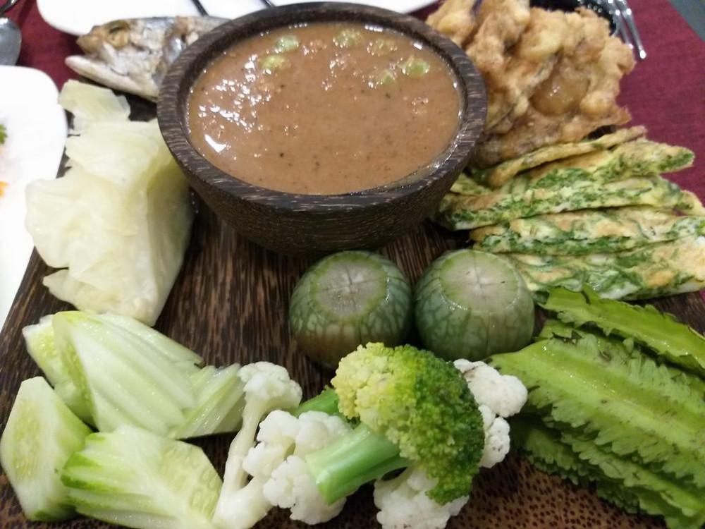 Sauce au prahok avec son accompagnement de légumes (Crédits photo: Pascal Médeville)