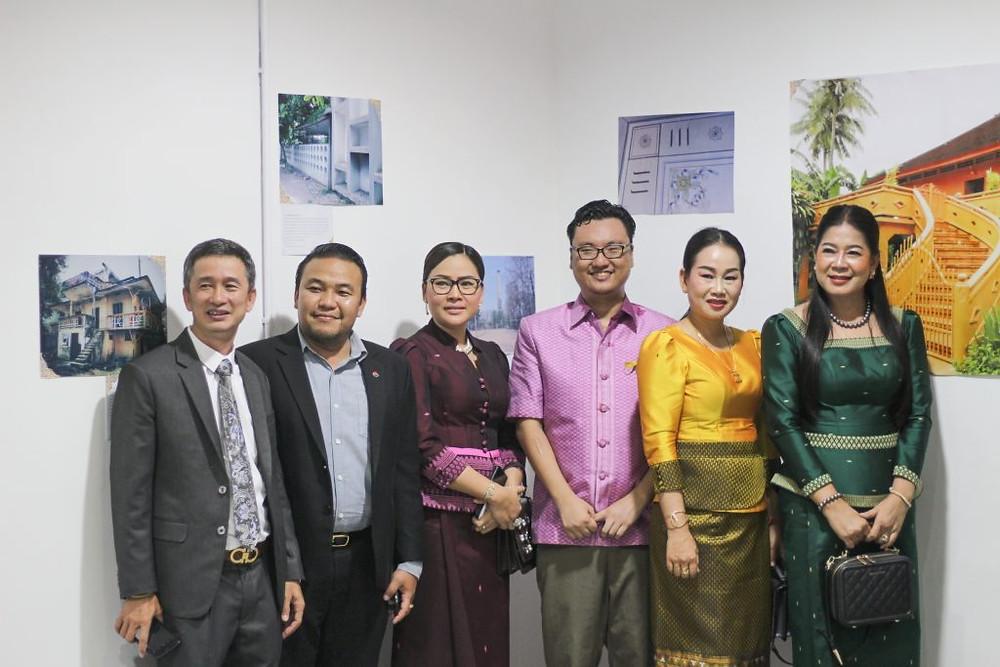 Srin Sokmean (troisième personne à partir de la droite) posant avec des visiteurs,
