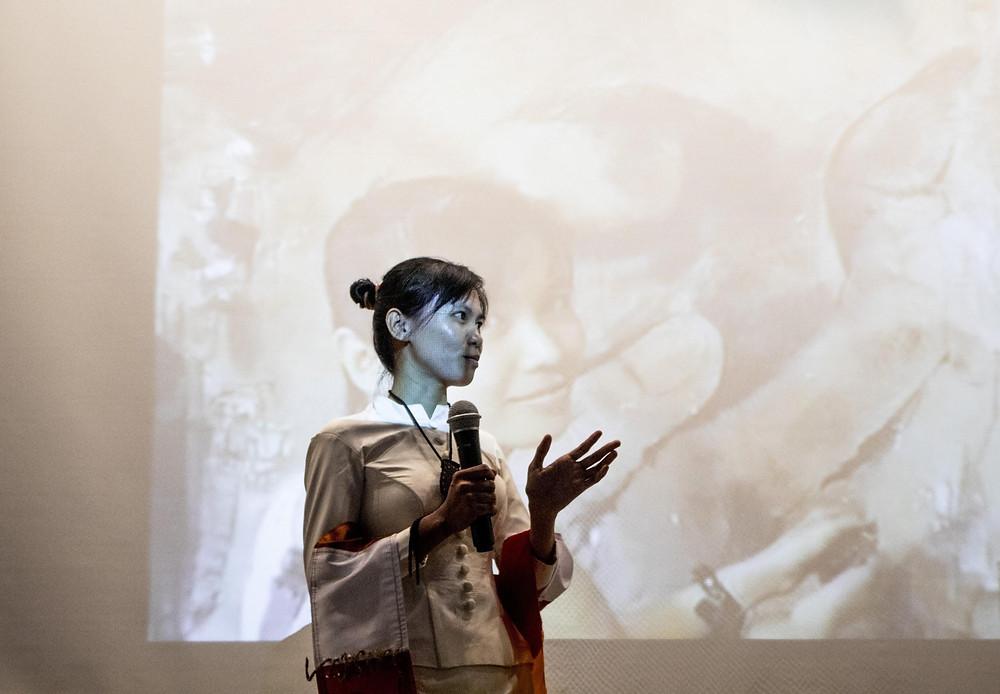 Présentation de l'artiste lors du vernissage de l'exposition