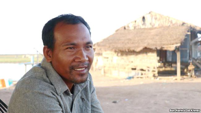 Le riziculteur Hun Samnang, dans la province de Kampong Thom, loue 30 hectares de terres pour la culture du riz, mais il craint que la chute du prix du riz ne lui permette pas de rembourser ses emprunts