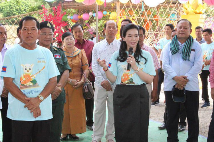 Le général Y Chhean, secrétaire d'État à la Défense nationale et son épouse, S.E. Mme Ban Sreymom, députée de la circonscription provinciale de Pailin