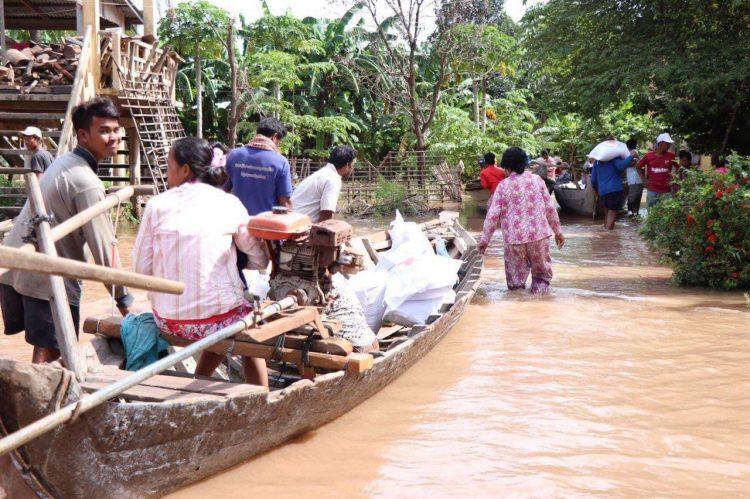 Les victimes des inondations reçoivent des dons de la Croix-Rouge