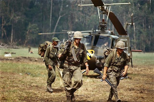 1970, une patrouille héliportée sort de la jungle du Cambodge après une séries de patrouilles. Photo par Bettmann