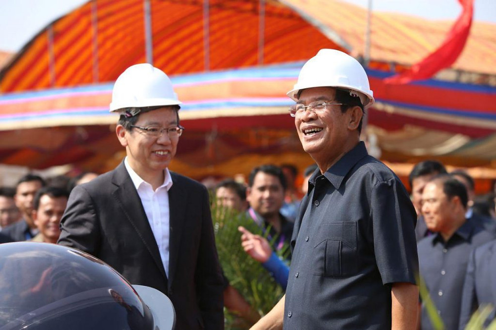 Le Premier ministre Hun Sen en compagnie de l'ambassadeur chinois au Cambodge Wang Wentian, Les Khmers ne laisseront pas la Chine prendre le contrôle...