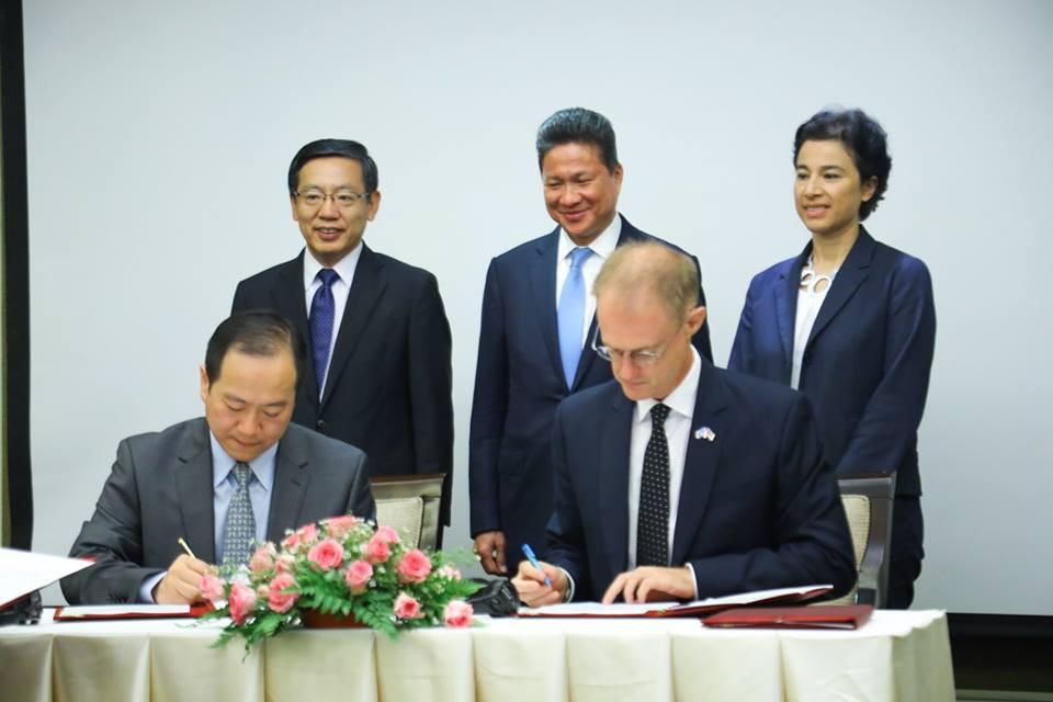 Sun Chanthol, ministre d'Etat et ministre cambodgien des Travaux publics et des Transports ; Mme Eva Nguyen Binh, ambassadrice française ; et Wang Wentian, ambassadeur chinois au Cambodge, présidaient la cérémonie de signature.
