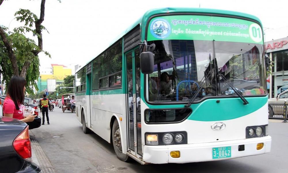 Autobus public à Phnom Penh. Photographie Ros Puthineat (PD)