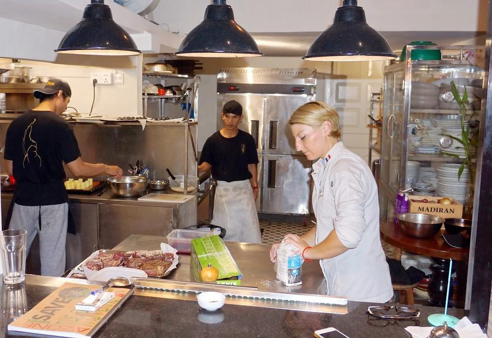 Aude en cuisine avant le coup de feu de Good France